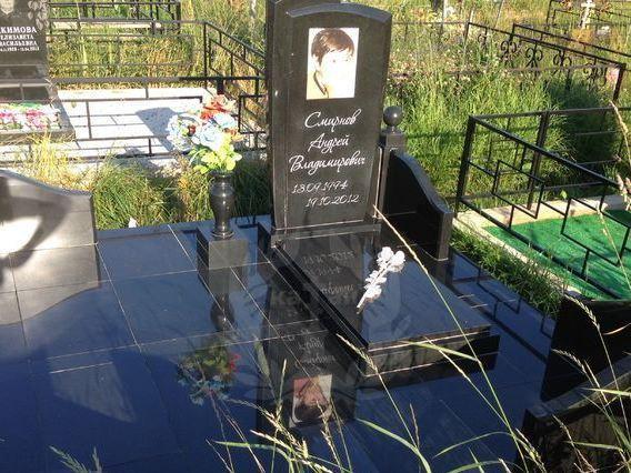 Современный гранитный памятник на могилу юноши