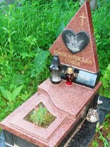 Гранитный памятник с треугольной стеллой для дочери