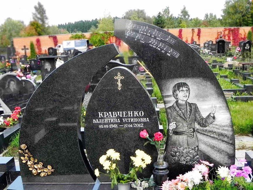 Резной черный памятник для могилы учителя