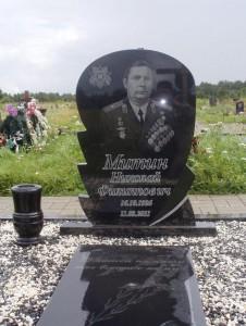 Резной памятник из гранита для военного