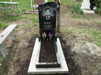 Недорогой одинарный памятник из черного гранита с открытым цветником
