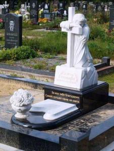 Элитный памятник в виде креста со скульптурой скорбящей матери