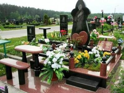 Мемориальный комплекс на кладбище для девушки