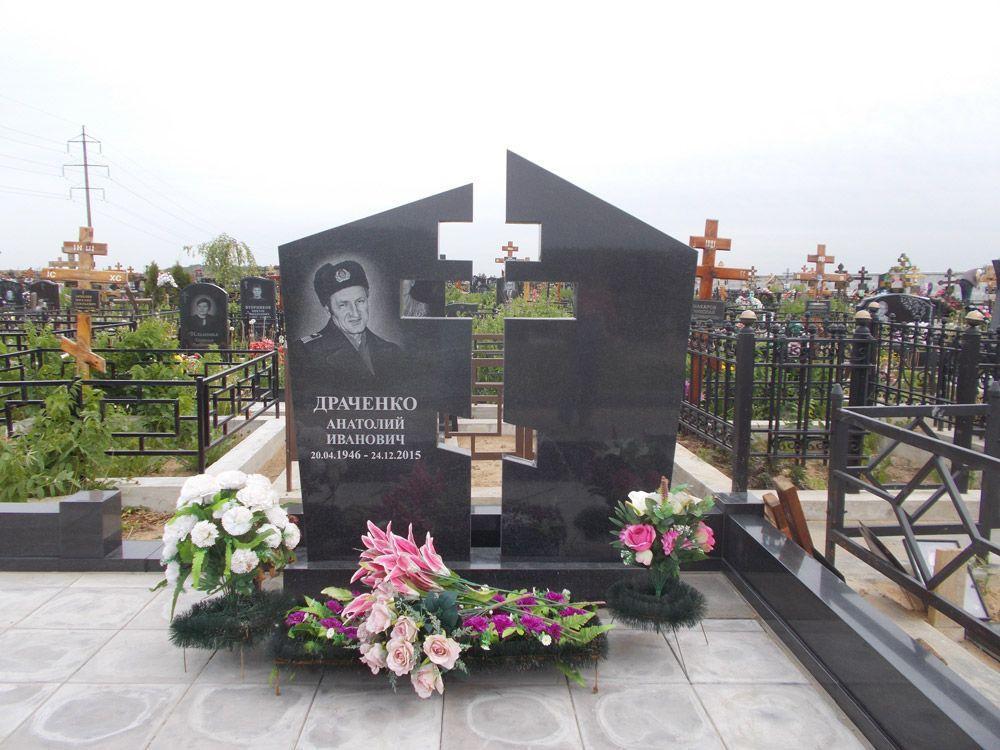 Современный резной памятник с крестом