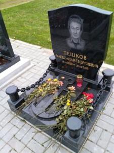 Мужской черный памятник квадратной формы