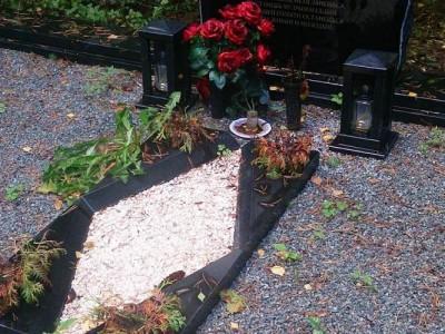Памятник с маленькими вазами и квадратными лампадками
