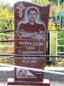 Памятник из красного гранита для юноши