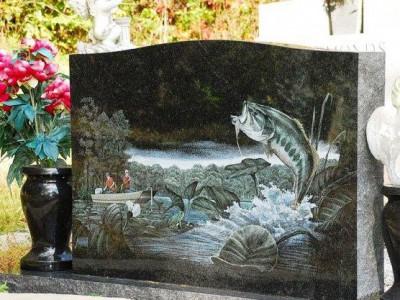 Обратная сторона памятника для рыбака