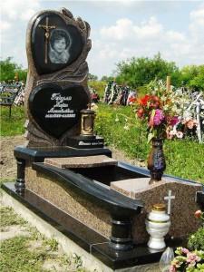 Памятник с высоким открытым цветником для матери