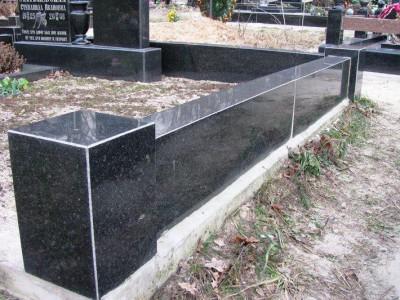 Черное гранитное ограждение прямоугольной формы