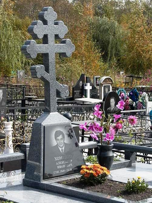 Памятник в виде креста из серого гранита