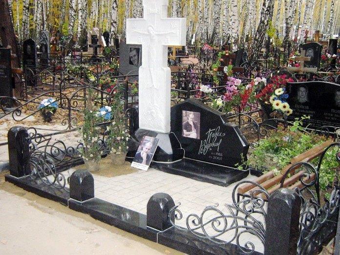 Гранитный памятник с мраморным крестом