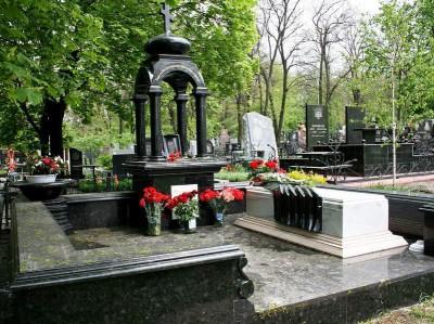 Красивый мемориальный комплекс на могилу