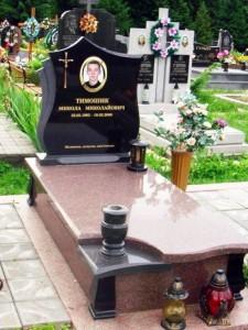 Надгробный памятник из гранита в двух цветах фото