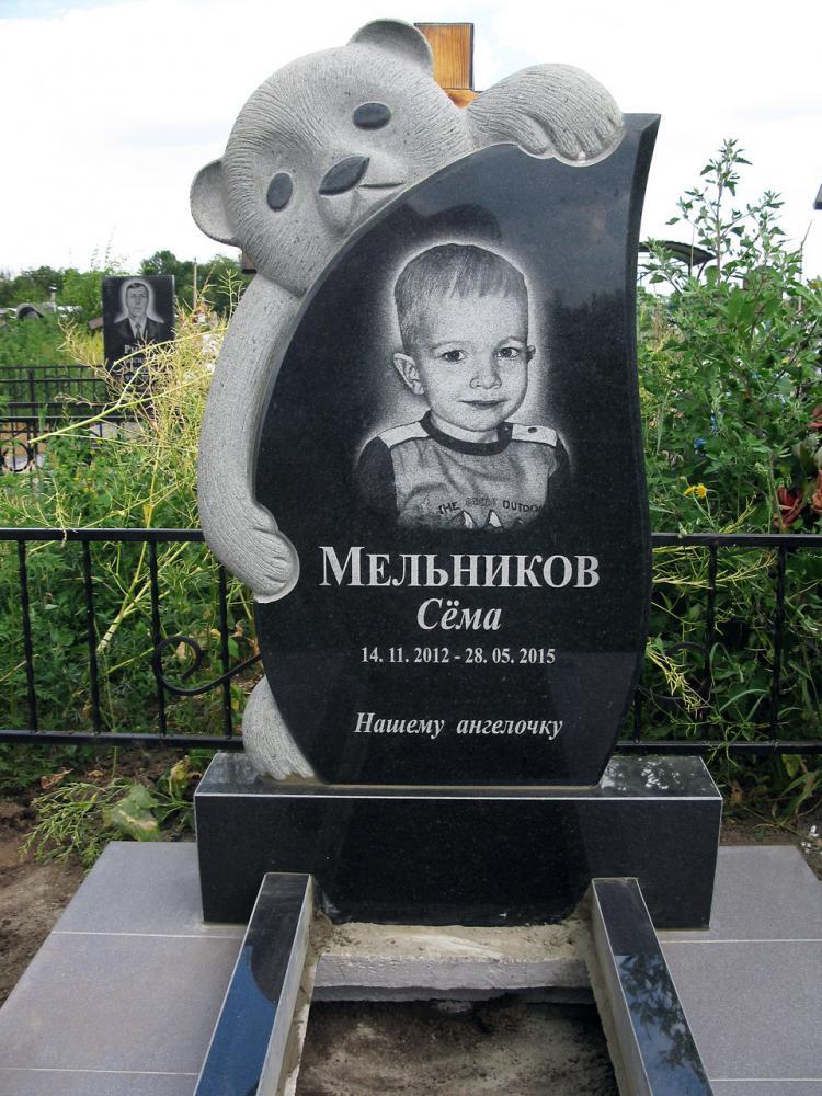 Резной надгробный памятник для мальчика