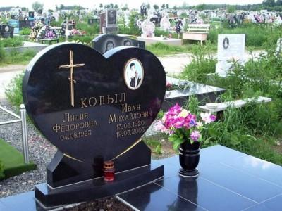 Черная гранитная ваза для памятника в виде сердца