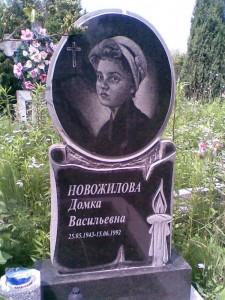 Резной черный памятник со свечой