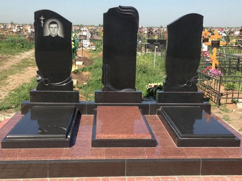 Тройной памятник с гранитным надгробием