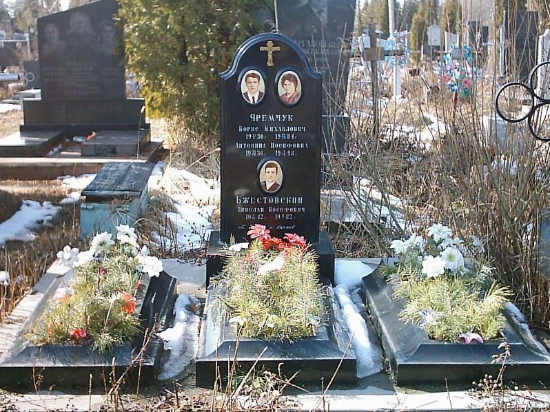 Недорогой надгробный памятник для троих