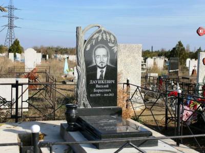 Мужской гранитный памятник с резным дубом