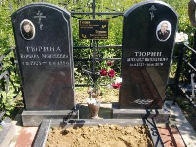 Семейный памятник с двумя стеллами и открытым цветником