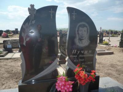 Двойной памятник из гранита с крестами
