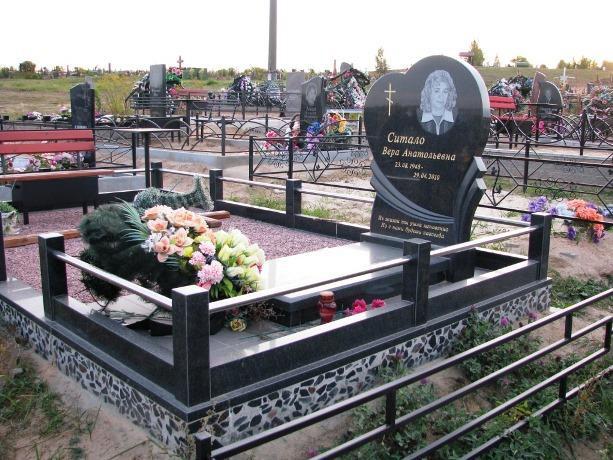 Памятник в виде сердца с металлической оградой