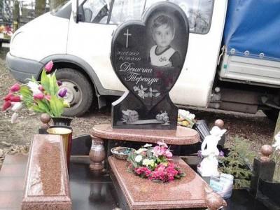 Памятник со стеллой в виде сердца для мальчика