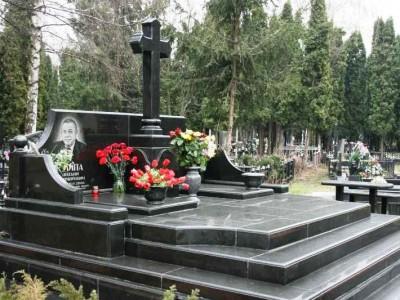 Черный мемориальный комплекс с резным крестом