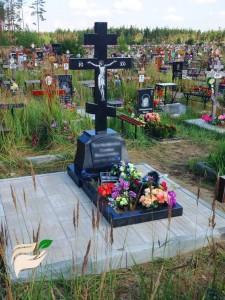 Памятник в виде креста с Иисусом Христом