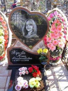 Надгробный памятник в виде сердца для дочери