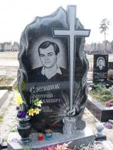 Мужской резной памятник со свечой и вазой