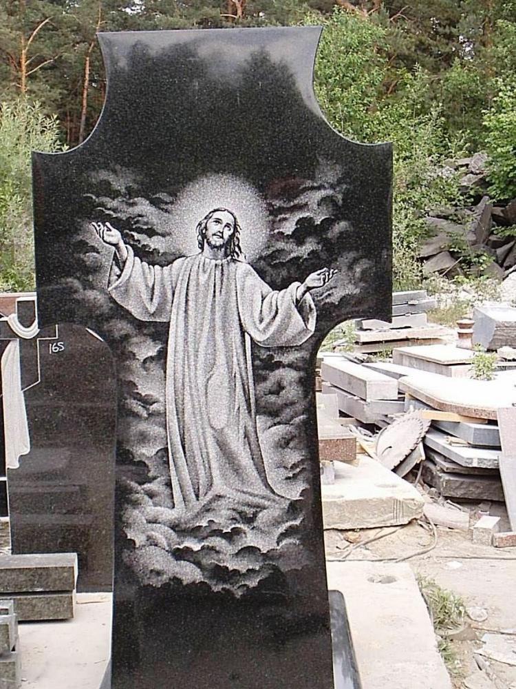 Обратная сторона памятника в виде креста