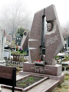 Эксклюзивный одинарный памятник из гранита с открытым цветником