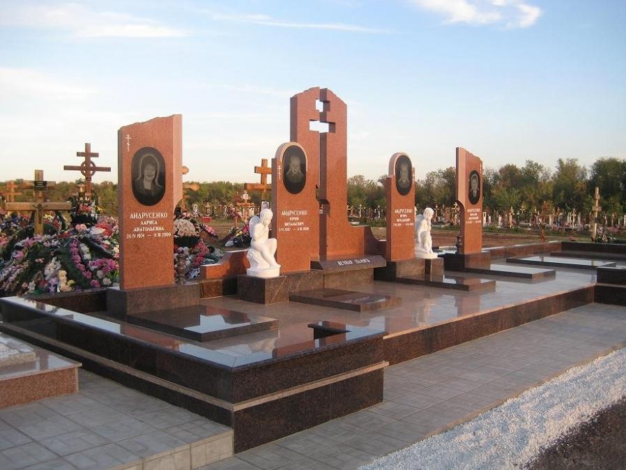 Семейный памятник с гранитными надгробиями
