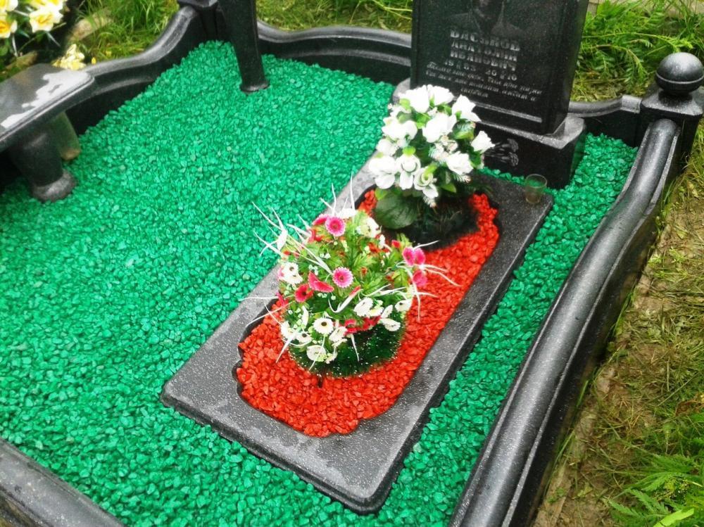 Зеленый и красный щебень для памятника