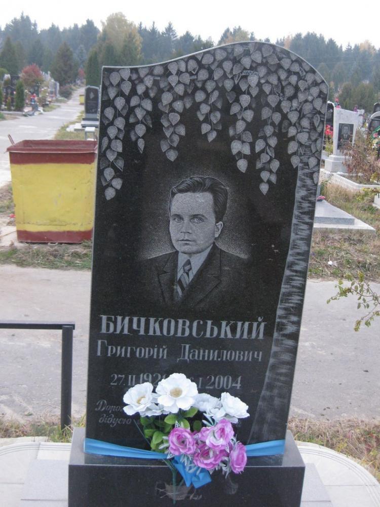 Надгробный памятник с гравировкой березы
