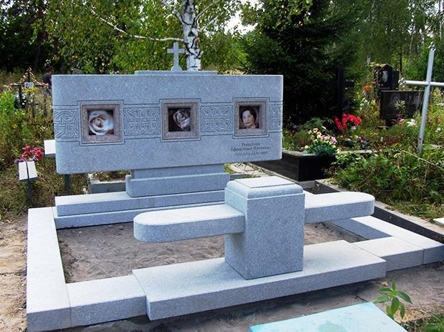 Тройной памятник из серого гранита