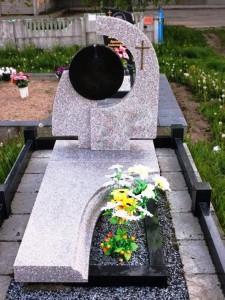 Серый надгробный памятник с черной вставкой для стеллы