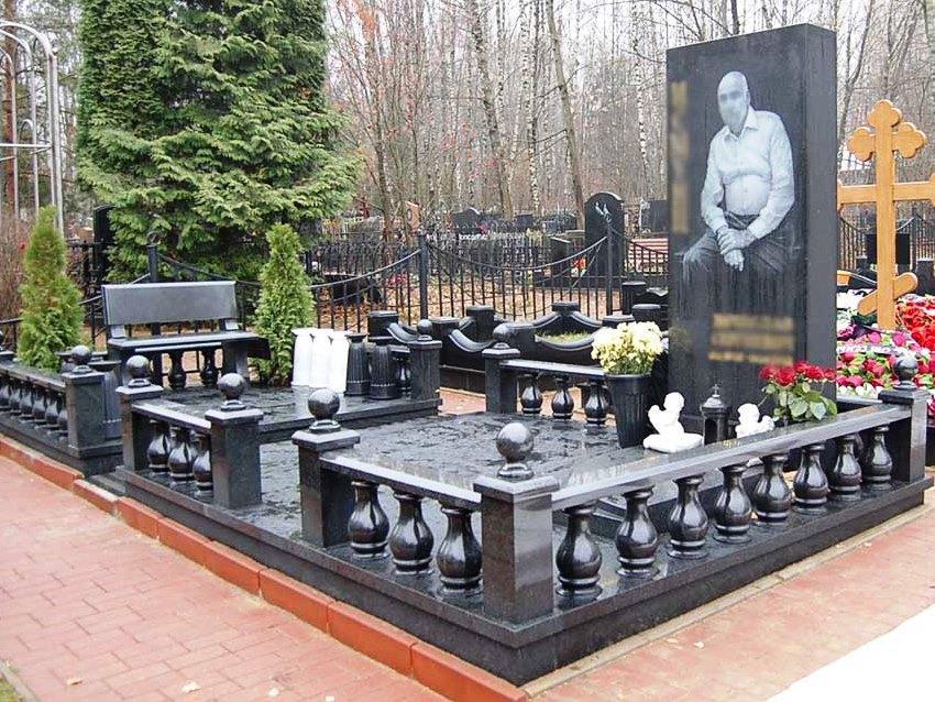 Черный мемориальный комплекс с гранитной оградой