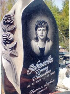 Черная гранитная стелла для памятника матери