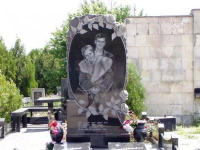 Двойной гранитный памятник с розами