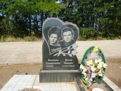 Памятник двойной из гранита в виде сердца