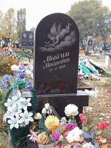 Вертикальный черный памятник на могилу мальчика