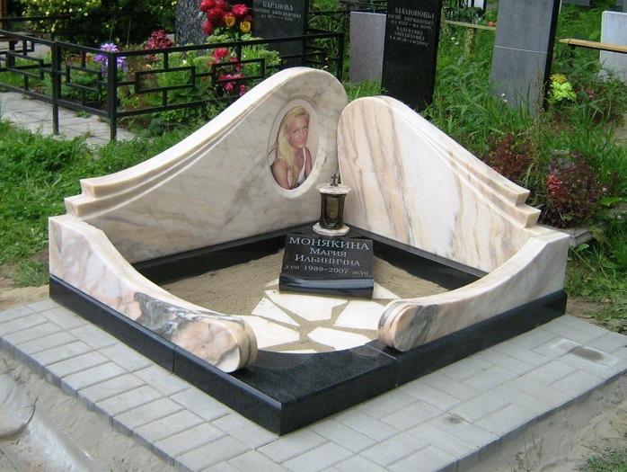 Памятник из гранита и мрамора для девушки