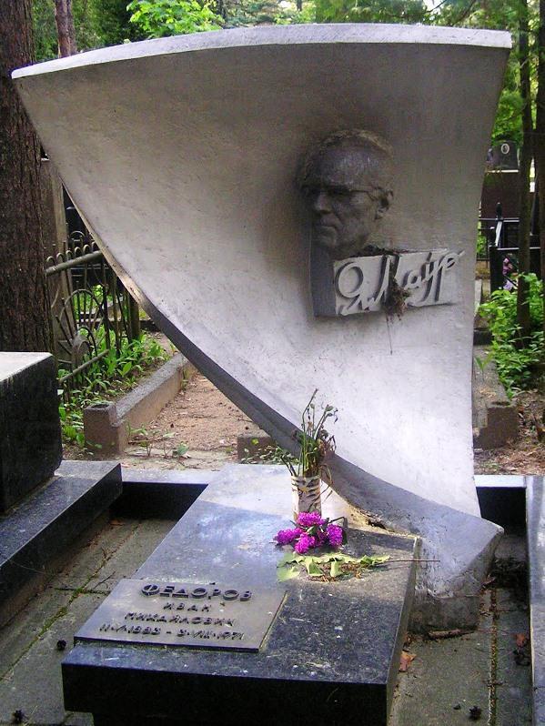 Необычный памятник на могилу строителя