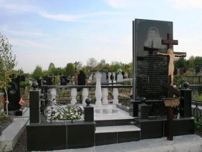 Мемориальный комплекс черного цвета