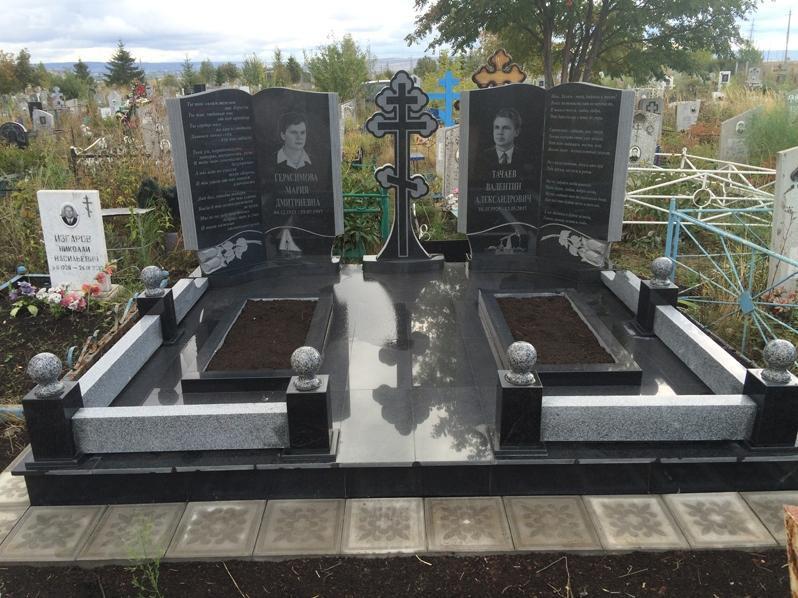 Двойной гранитный памятник с надгробиями