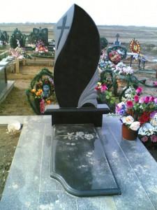 Элитный памятник с фигурной стеллой и закрытым цветником