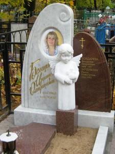 Женский надгробный памятник с ангелочком